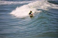 Surfarepojke som snider en våg i de yttre bankerna av NC Fotografering för Bildbyråer