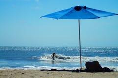 Surfarepojke som snider en våg på stranden i yttre banker av NC Royaltyfria Bilder