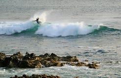 Surfareridning på avbrottsvågorna i Stilla havet på Hanga Roa, påskö, Chile arkivbilder
