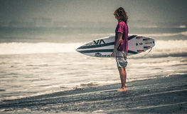 Surfareställning på stranden med brädervca Royaltyfri Fotografi