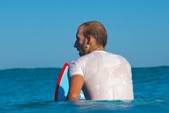 Surfareväntningar en vinka Arkivbilder