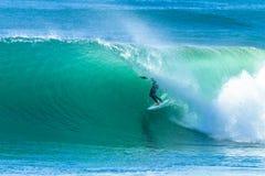 Surfarevågrör som surfar handling arkivbilder