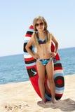 surfboard милой девушки пляжа стоящий Стоковое фото RF