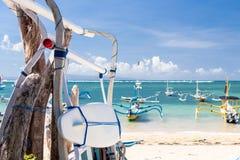 Surfboard на пляже Sanur, тропический остров Бали, Индонезия стоковое изображение rf