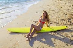 surfboard салонов девушки бикини Стоковые Фотографии RF
