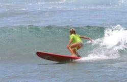 детеныши красного surfboard Гавайских островов девушки занимаясь серфингом Стоковое фото RF