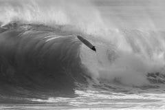 Занимаясь серфингом разбивать Surfboard Стоковое Изображение RF