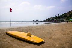 Surfboard na pustej piaskowatej tropikalnej plaży obraz royalty free