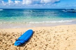 Surfboard on the sandy beach in Hawaii Stock Photography