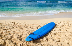 Surfboard on the sandy beach in Hawaii Royalty Free Stock Photography