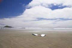 2 surfboards лежат на пляже на утесе мусоросжигателя Национальный парк Азиатско-Тихоокеанского региона Стоковое фото RF