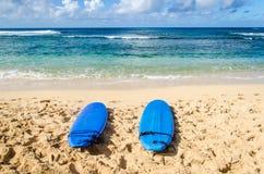 2 Surfboards на песчаном пляже в Гаваи Стоковое Изображение