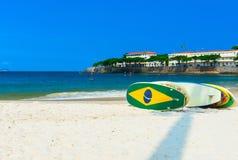 Surfboards na Copacabana plaży w Rio De Janeiro zdjęcie stock