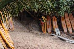 Surfboards na piasku w plaży zdjęcie stock