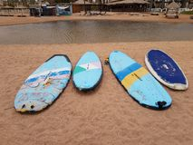 Surfboards na pla?y obrazy stock