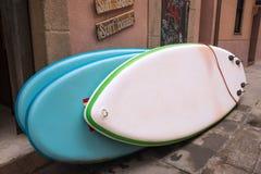 Surfboards przed kipiel sklepem obrazy royalty free