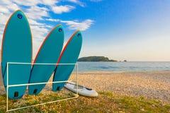 Surfboards są na stojaku Z wybrzeża morze z wyspą w tle zdjęcia stock