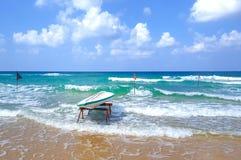 Surfbrett auf dem sandigen Ufer des Mittelmeeres in der Stadt der Schläger-Jamswurzel in Israel lizenzfreies stockfoto