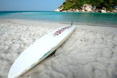 Surfbrett auf dem Strand Stockbilder