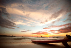 Surfbrett auf dem Ufer bei Sonnenuntergang Stockfotografie