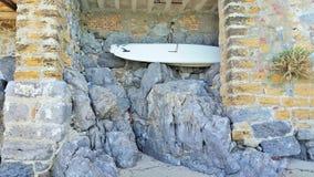 Surfbrett auf den Felsen Lizenzfreie Stockfotografie