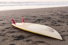 Surfbrett auf Sand Stockbilder