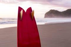 Surfbrett auf Sonnenuntergang-Strand Stockfotos
