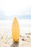 Surfbrett, das im Sand aufrecht steht stockfoto
