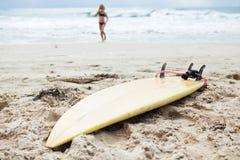 Surfbrett im Sand auf Strand Lizenzfreie Stockfotos