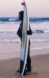 Surfbrett mit befestigter Aktionskamera auf dem Sand Lizenzfreie Stockbilder