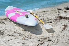 Surfbrett mit einem Paddel Lizenzfreies Stockfoto