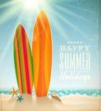 Surfbretter auf einem Strand gegen einen sonnigen Meerblick Lizenzfreies Stockfoto