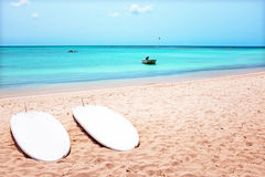 Surfbretter auf Palm Beach auf Aruba-Insel Stockbild