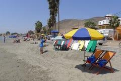 Surfbretter in Cerro Azul setzen in südlich von Lima auf den Strand Lizenzfreie Stockbilder