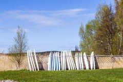 Surfbretter, die in Folge stehen Stockfoto