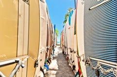 Surfbretter im Gestell an Waikiki-Strand Stockfotografie