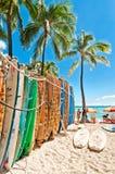 Surfbretter im Gestell an Waikiki-Strand Stockbilder