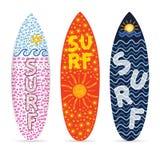 Surfbrettsatz mit Symbol des Brandungsdesigns auf ihm Illustration Lizenzfreie Stockbilder