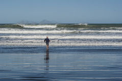 Surfcasting przy Karioitahi plażą Nowa Zelandia Obraz Royalty Free