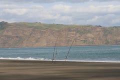 Surfcastingsstaven verlaten bij het strand Royalty-vrije Stock Foto's