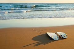 Surfdoards na plaży obrazy stock