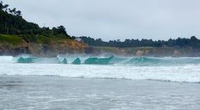 Surfe na boca do rio grande em Mendocino County, Califórnia, EUA. Imagens de Stock Royalty Free
