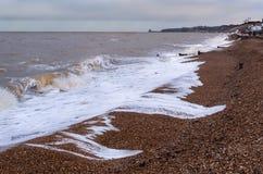 Surfe na praia na baía de Herne, Kent, Reino Unido fotografia de stock