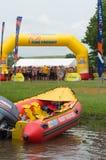 Surfe o barco infatable das poupanças de vida da água do salvamento com os nadadores 2013 da milha de Midmar no fundo Fotografia de Stock Royalty Free