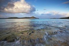 Surfe sobre os recifes corais em uma praia tropical Fotografia de Stock