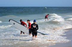 Surfeing lession在英属黄金海岸昆士兰澳大利亚 免版税库存照片