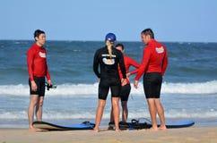 Surfeing lession在英属黄金海岸昆士兰澳大利亚 免版税图库摄影