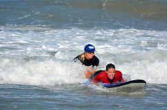 Surfeing lession i Gold Coast Queensland Australien Arkivbild