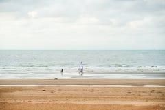 Surfen auf den Strand lizenzfreie stockfotos