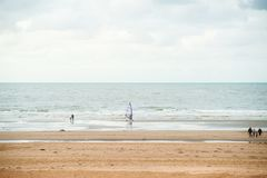 Surfen auf den Strand lizenzfreie stockfotografie
